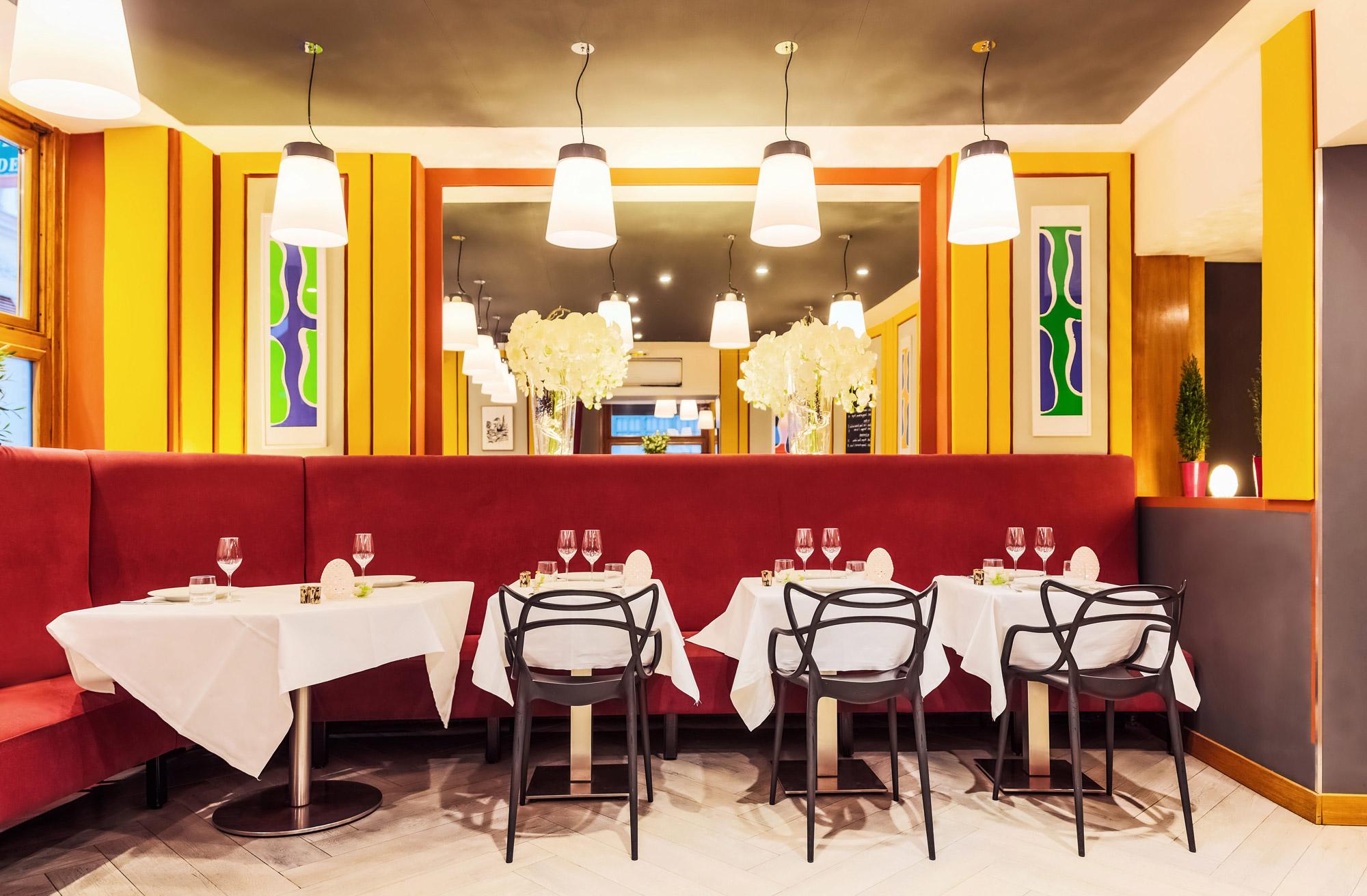 Découvrez la salle moderne et colorée du restaurant Le Crom'Exquis à Paris 8e