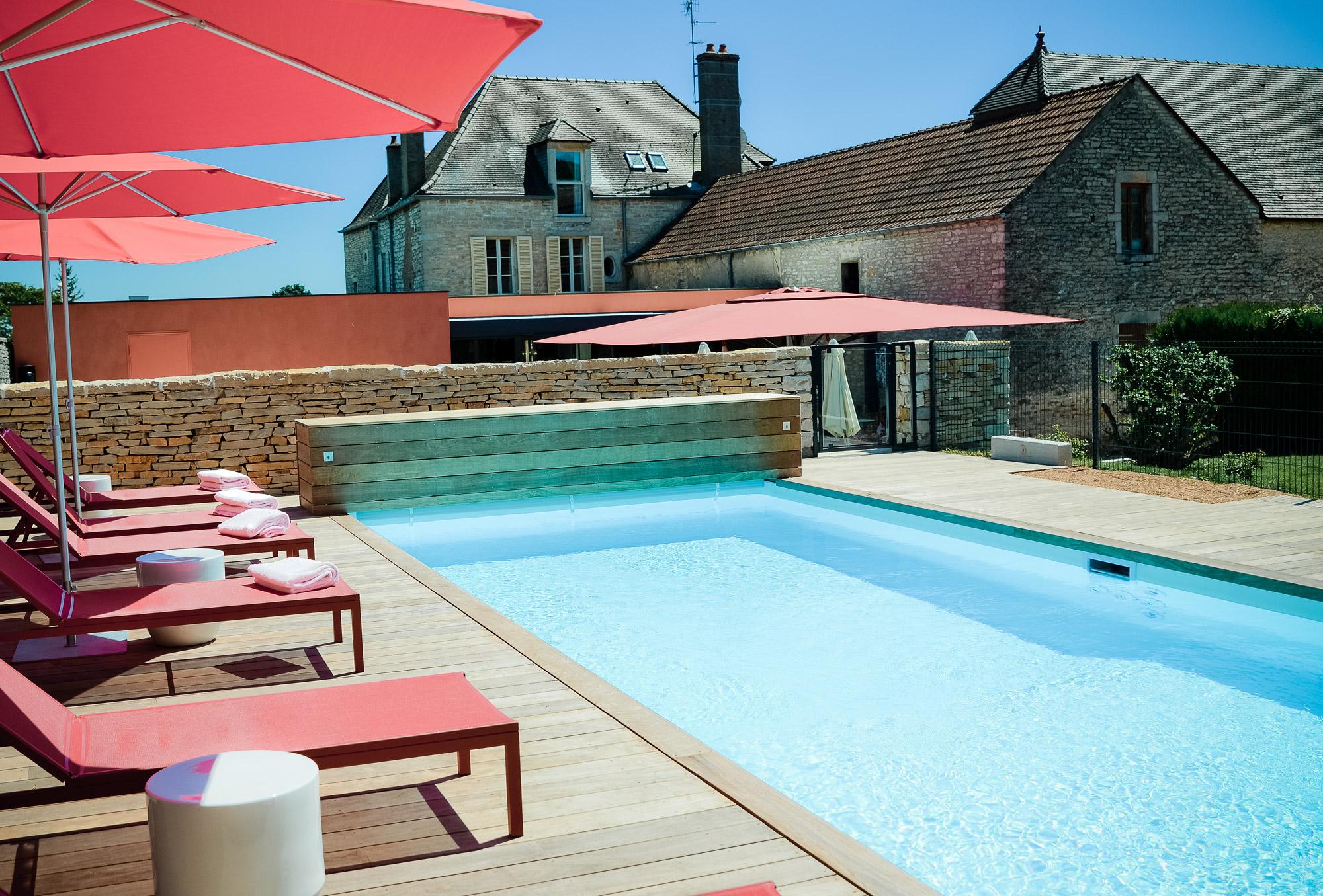 Le charme de la piscine à l'hôtel Castel de Très Girard