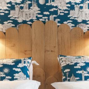 Détail de la tête de lit d'une chambre à l'hôtel Castel de Très Giardr en Bourgogne
