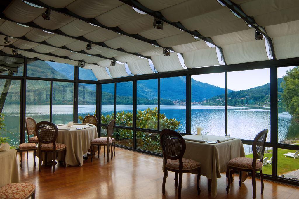 Salle de restaurant avec vue sur le lac