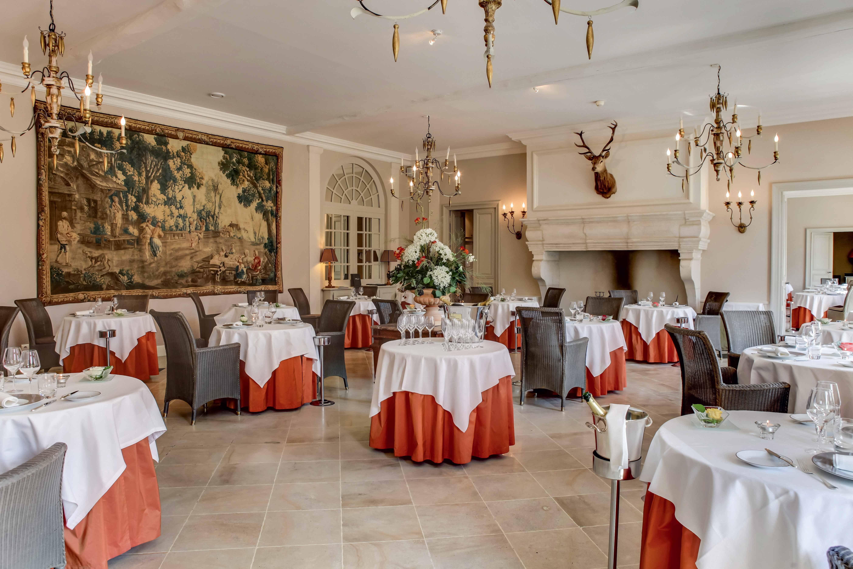 Salle de restaurant table ronde nappe blanche et rouge