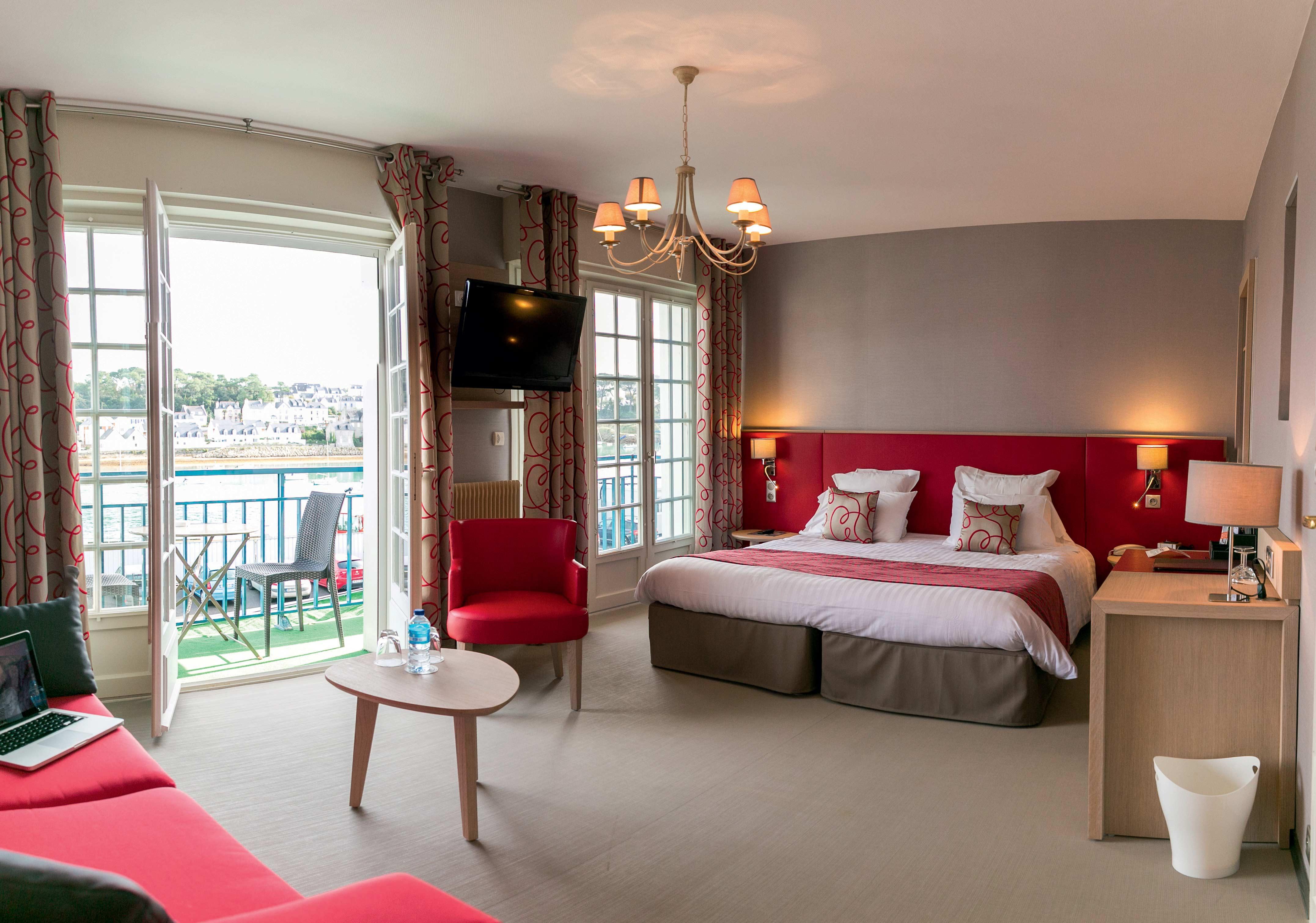 chambre lit double décoration blanche et rouge