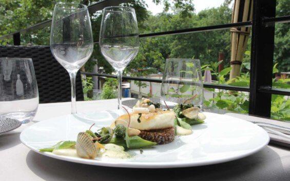 Plat de poisson et coquillages dressée sur une table en terrasse