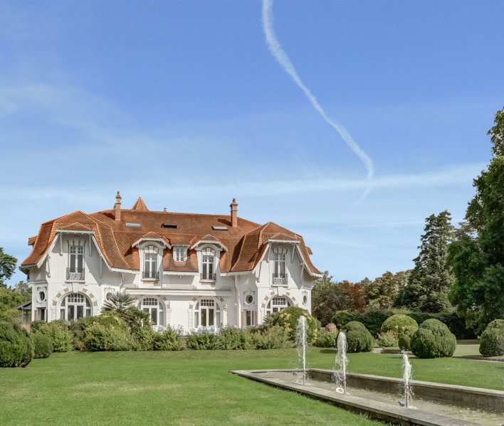 Château typique basque avec jardin arboré