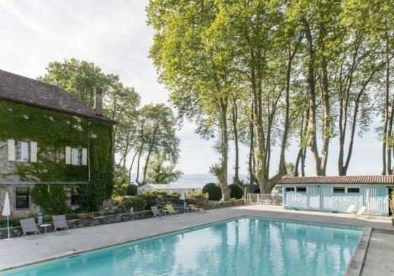 vue sur la piscine extérieur du château de coudrée