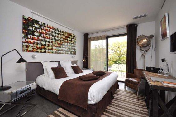Chambre avec lit double et linge de lit marron