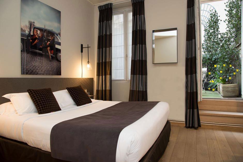 Chambre avec lit double, linge de lit et rideaux marrons