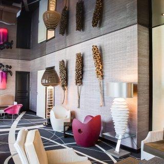 Salon moderne aux couleurs vives avec fauteuils et canapé