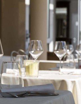 table dressée avec verres à pieds et verres à eau