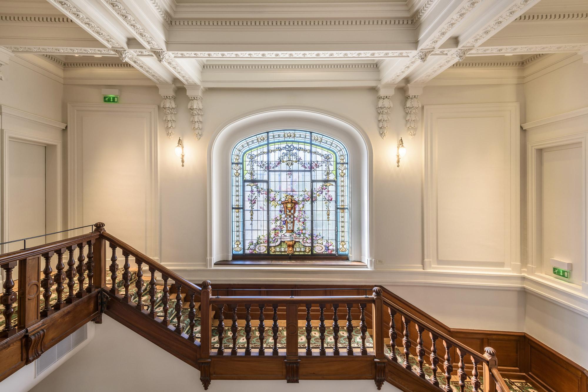 Escalier en bois et vitrail