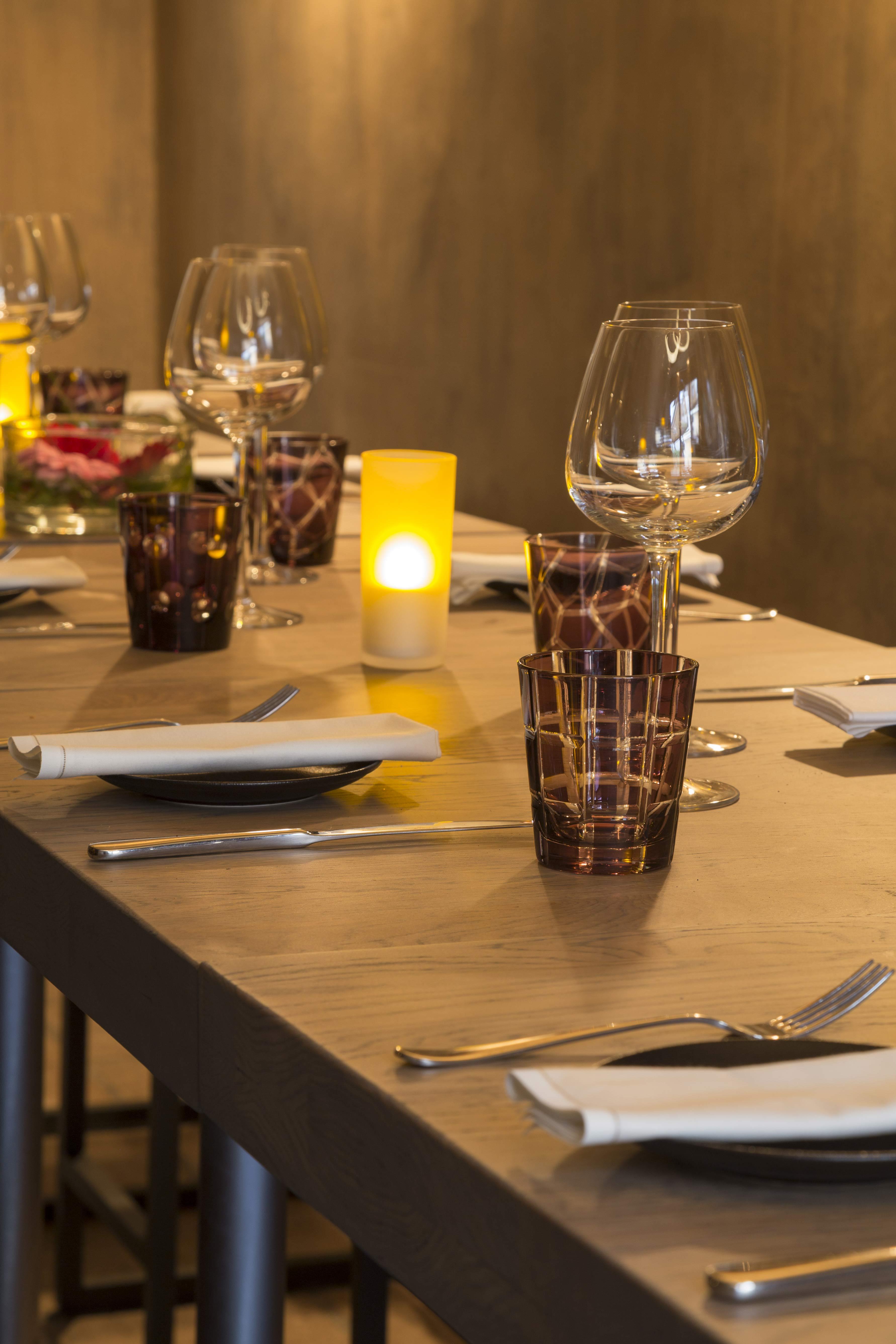 Table dressée pour plusieurs convives