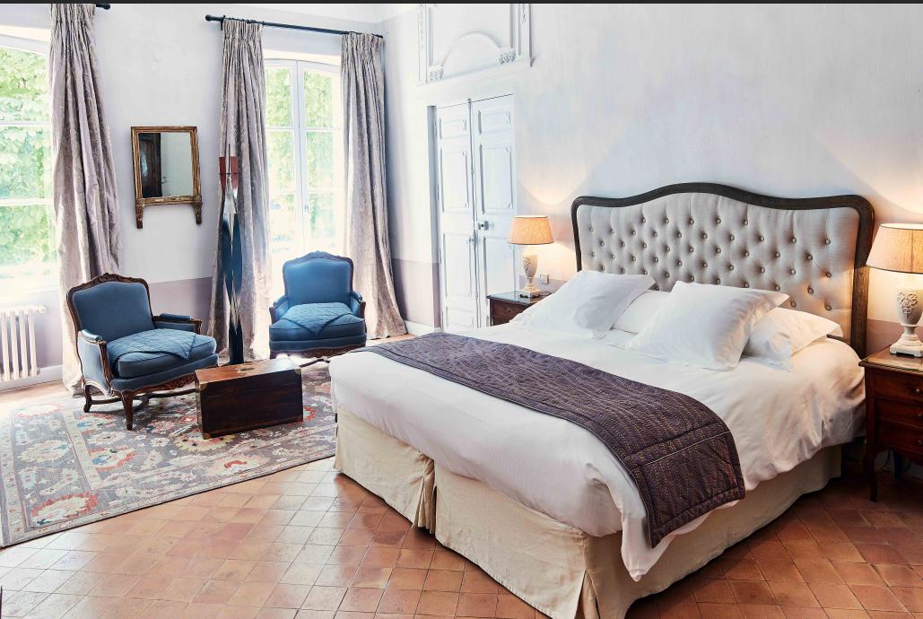Chambre lit double tête de lit capitonnées