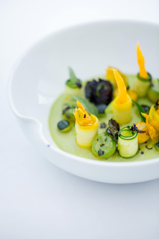 Plat de légumes courgettes jaunes et vertes