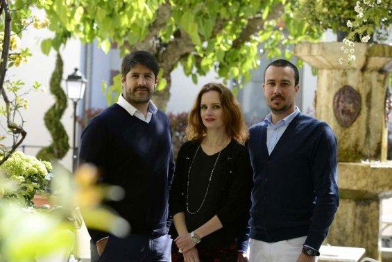 Photo de trois personnes, deux hommes et une femme