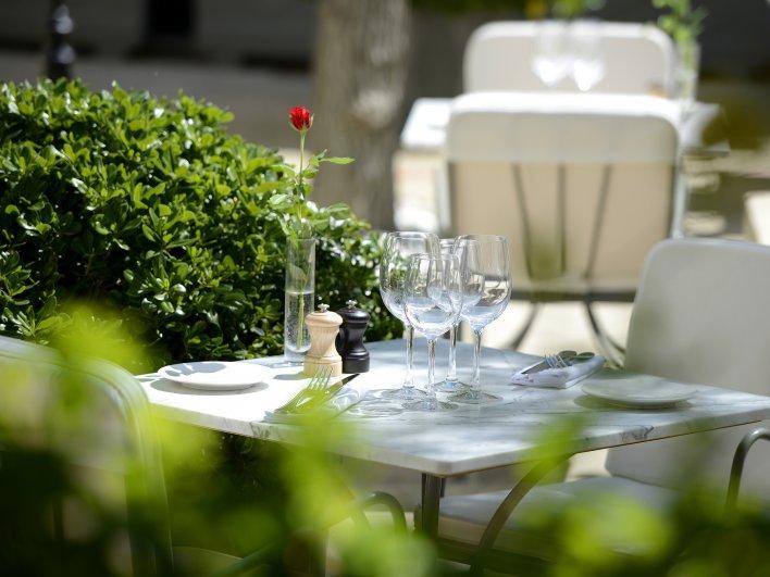 Table dressée en terrasse