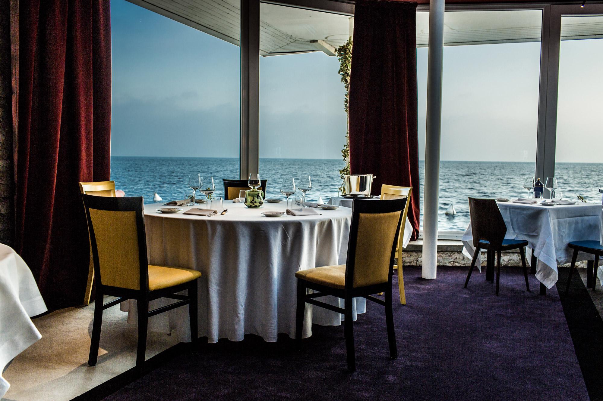 salle de restaurant avec vue sur le Lac de Garde