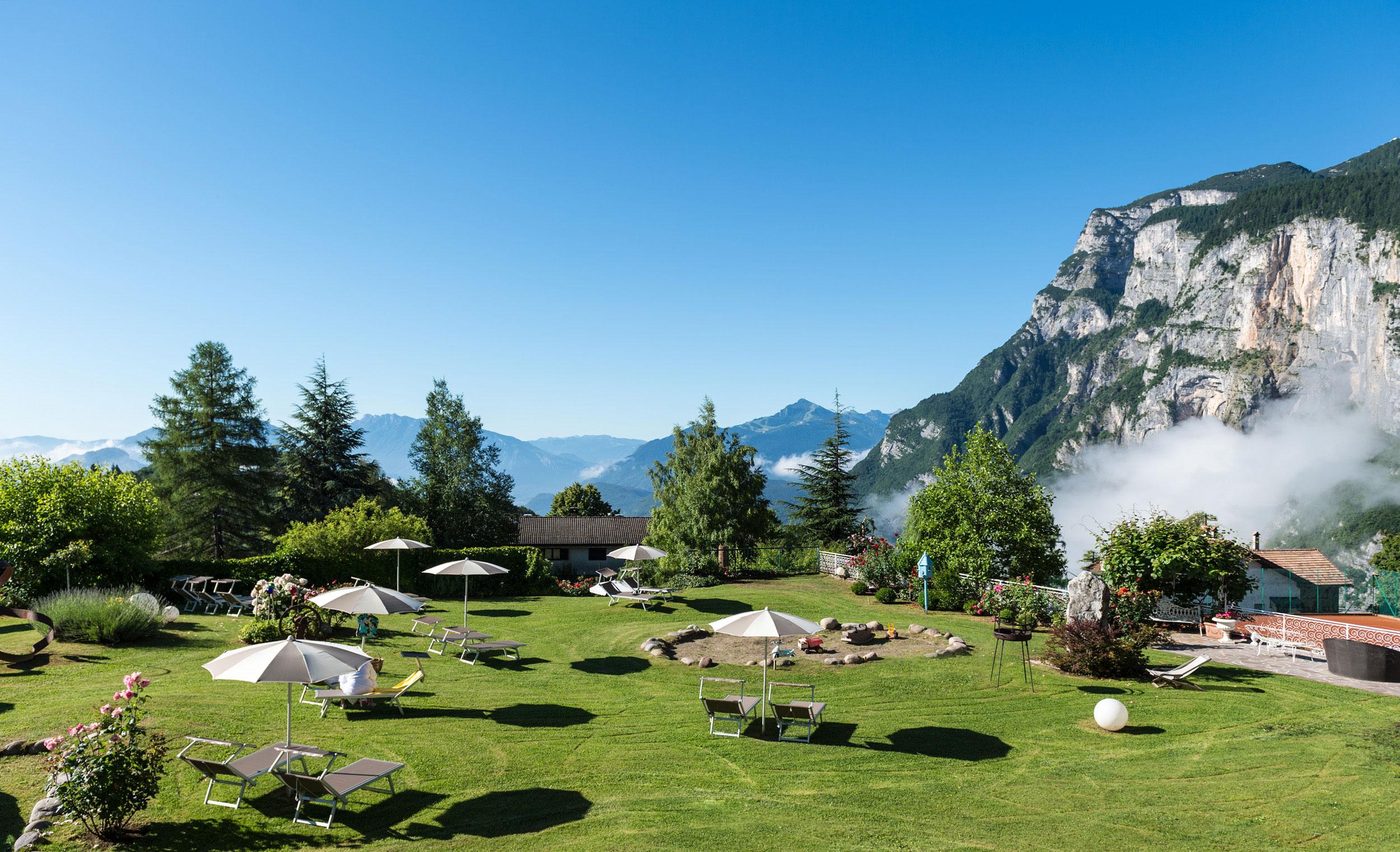 vue sur un jardin et les montagnes