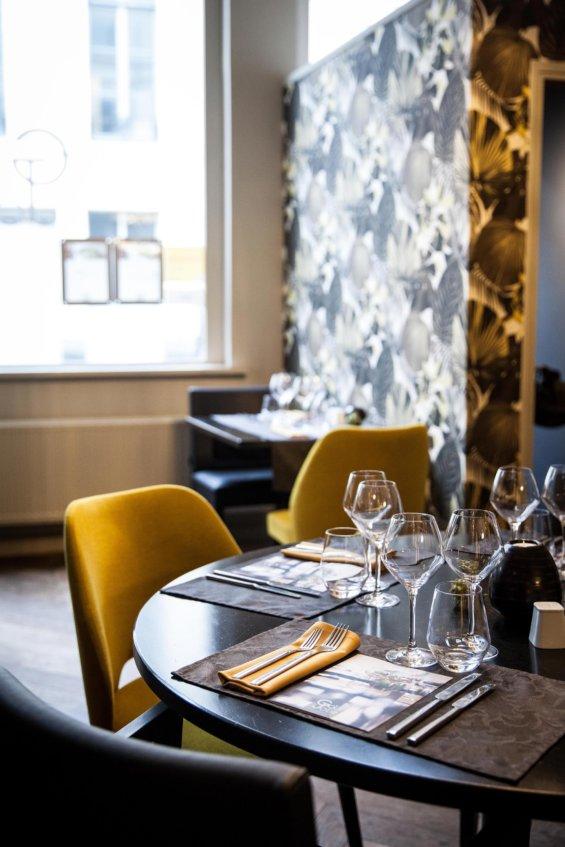 Salle de restaurant, détail sur une table dressée