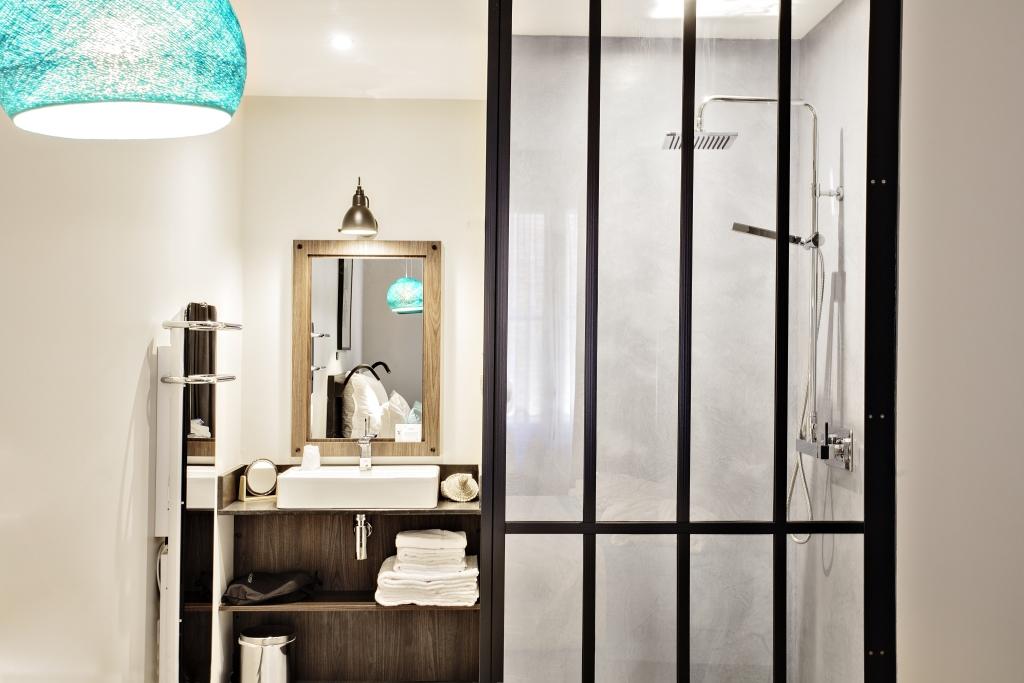 Entrée salle de douche avec douche à l'italienne