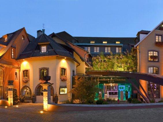 Façade d'hôtel vue de nuit en Alsace