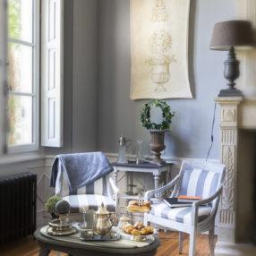Petit-déjeuner romantique servi en chambre au Clos Marcamps en Aquitaine