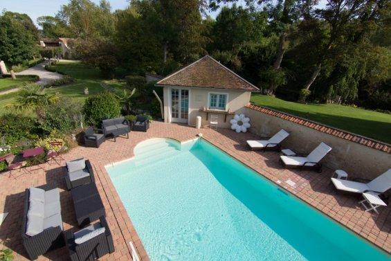 Vue de haut d'une piscine extérieure