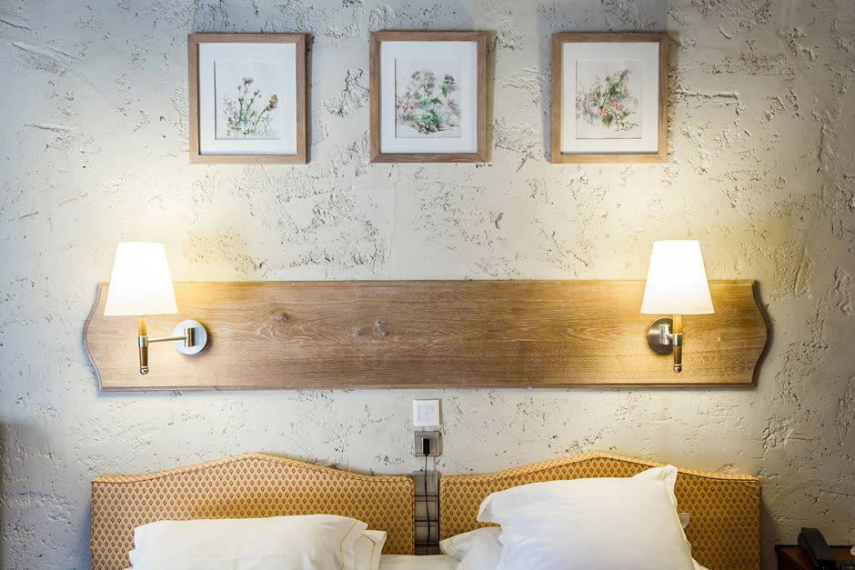 Tête de lit en bois avec deux lumières de chevets