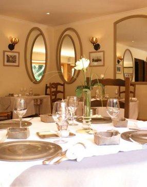 Salle de restaurant dressée