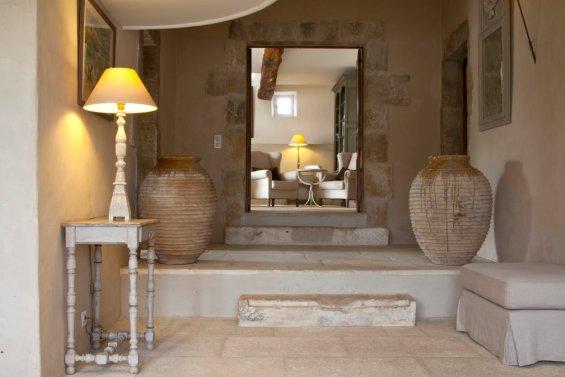 entrée salon avec deux pots en terre de chaque côtés de la porte