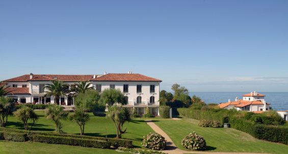 Vue sur une bâtisse typique du pays basque avec vue sur l'Océan