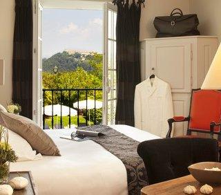 Chambre lit double avec fenêtre ouverte vue dégagée