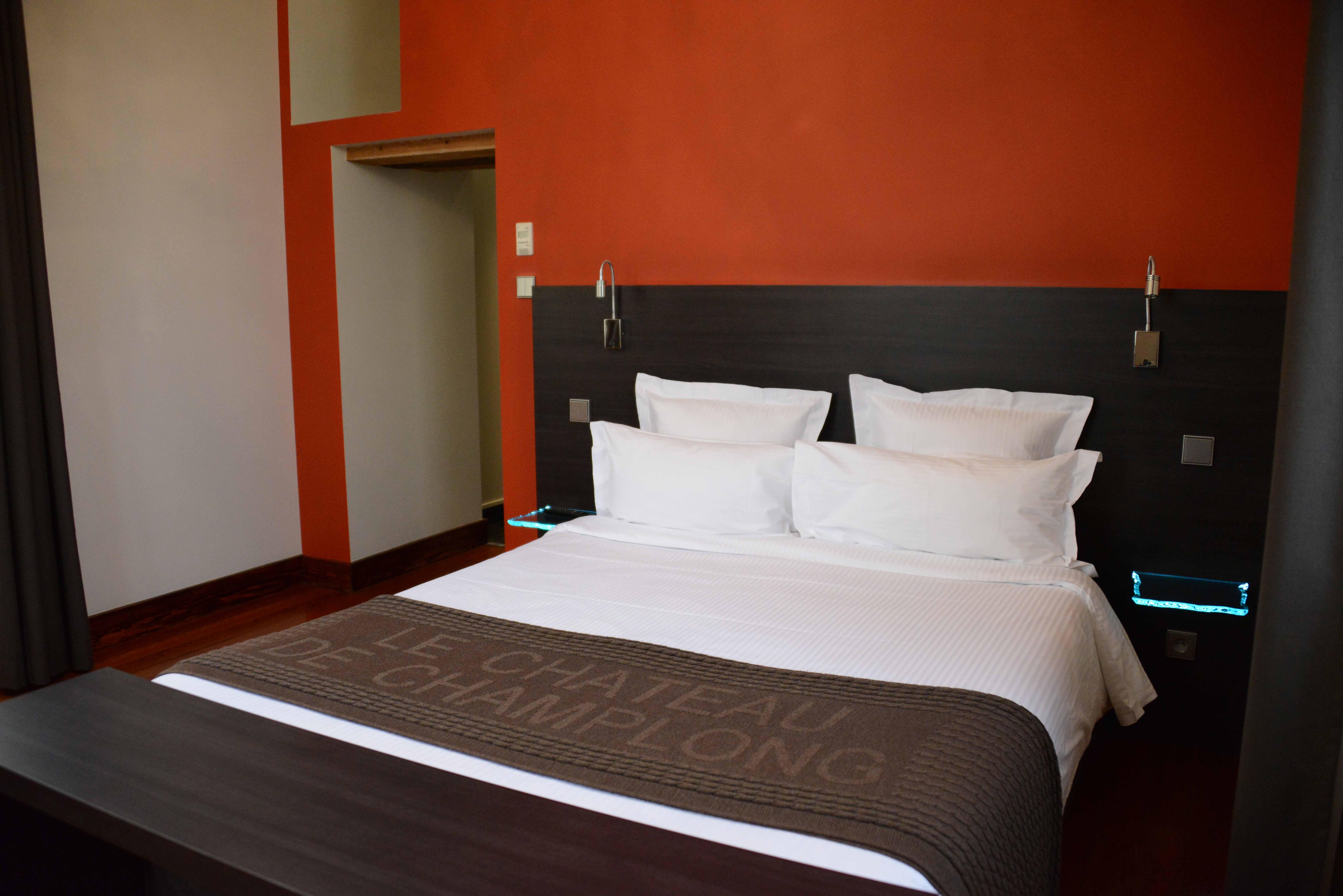 chambre lit double murs rouges