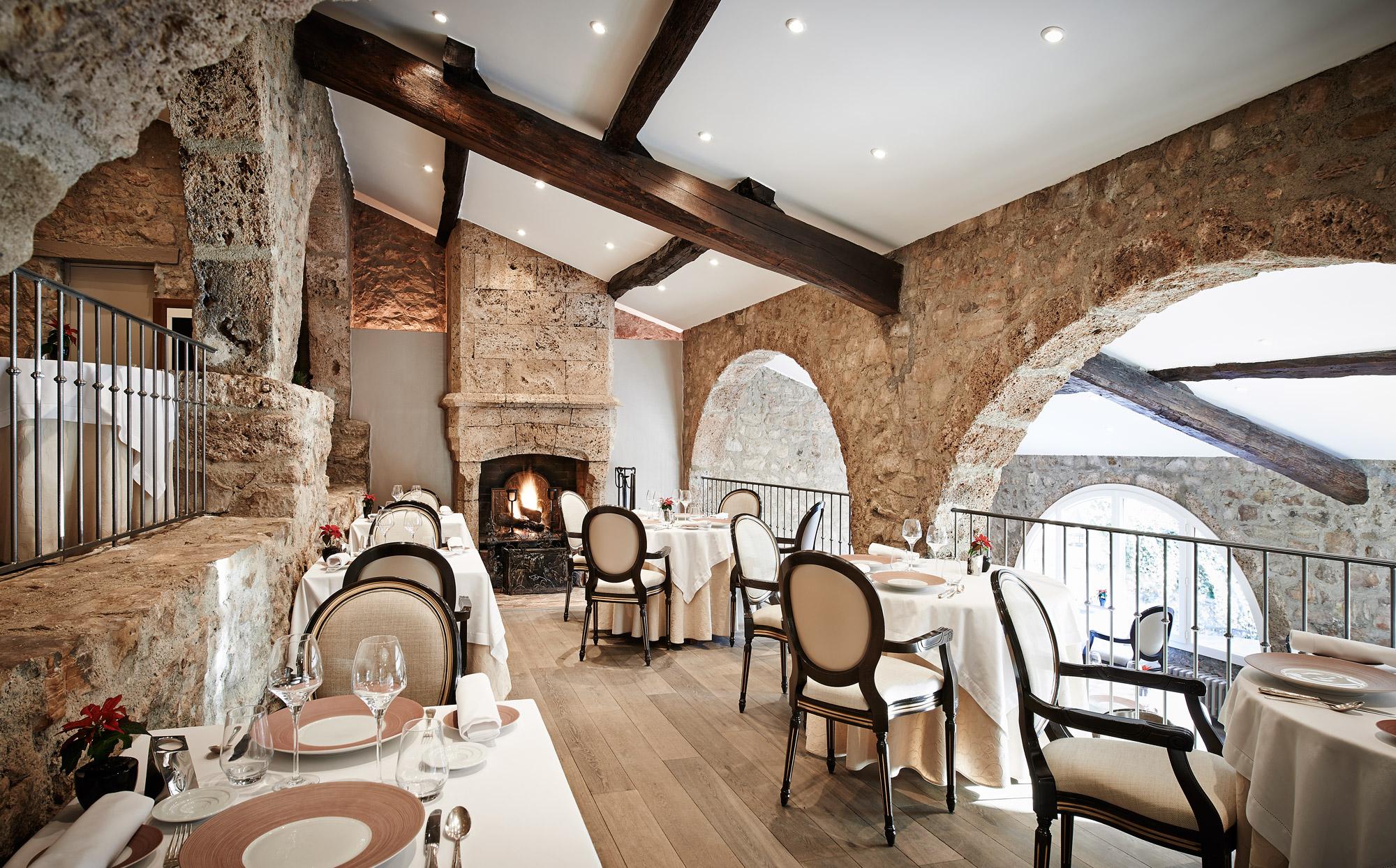 Salle de restaurant romantique au Relais des Moines, près de St Tropez