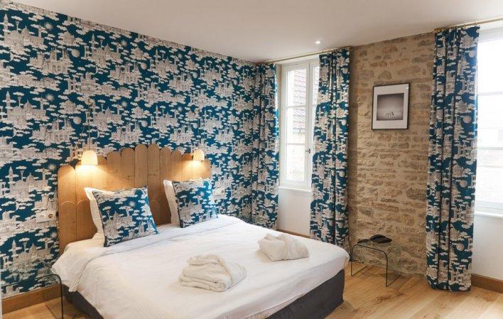 Exemple de chambre avec pierres apparentes à l'hôtel Le Castel de Très Girard en Bourgogne près de Dijon