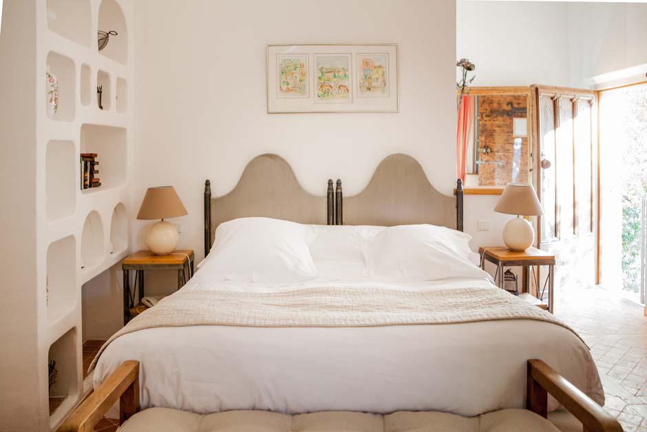 Lit double dans une chambre décoration couleur lin et beige