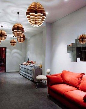 Salon d'attente canapé rouge suspensions design