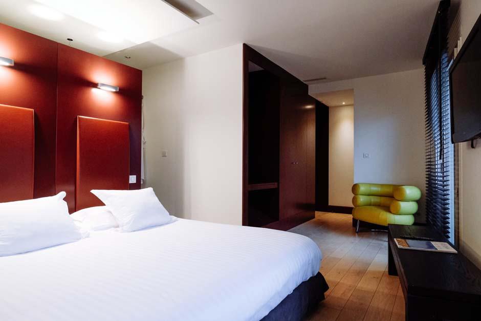 Chambre lit double tête de lit rouge
