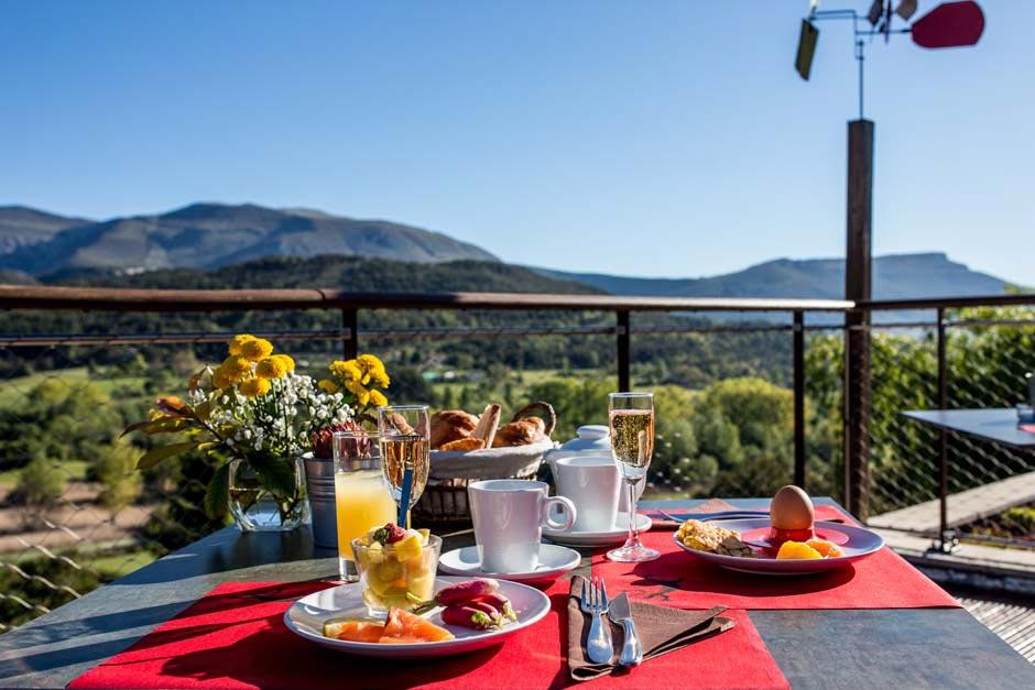 Petit déjeuner terrasse avec vue dégagée sur le Verdon
