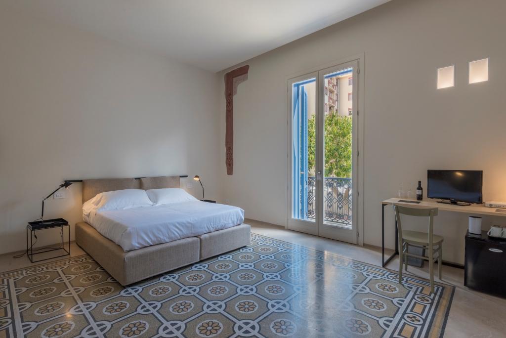 Chambre lit double et carrelage mosaïque de couleur