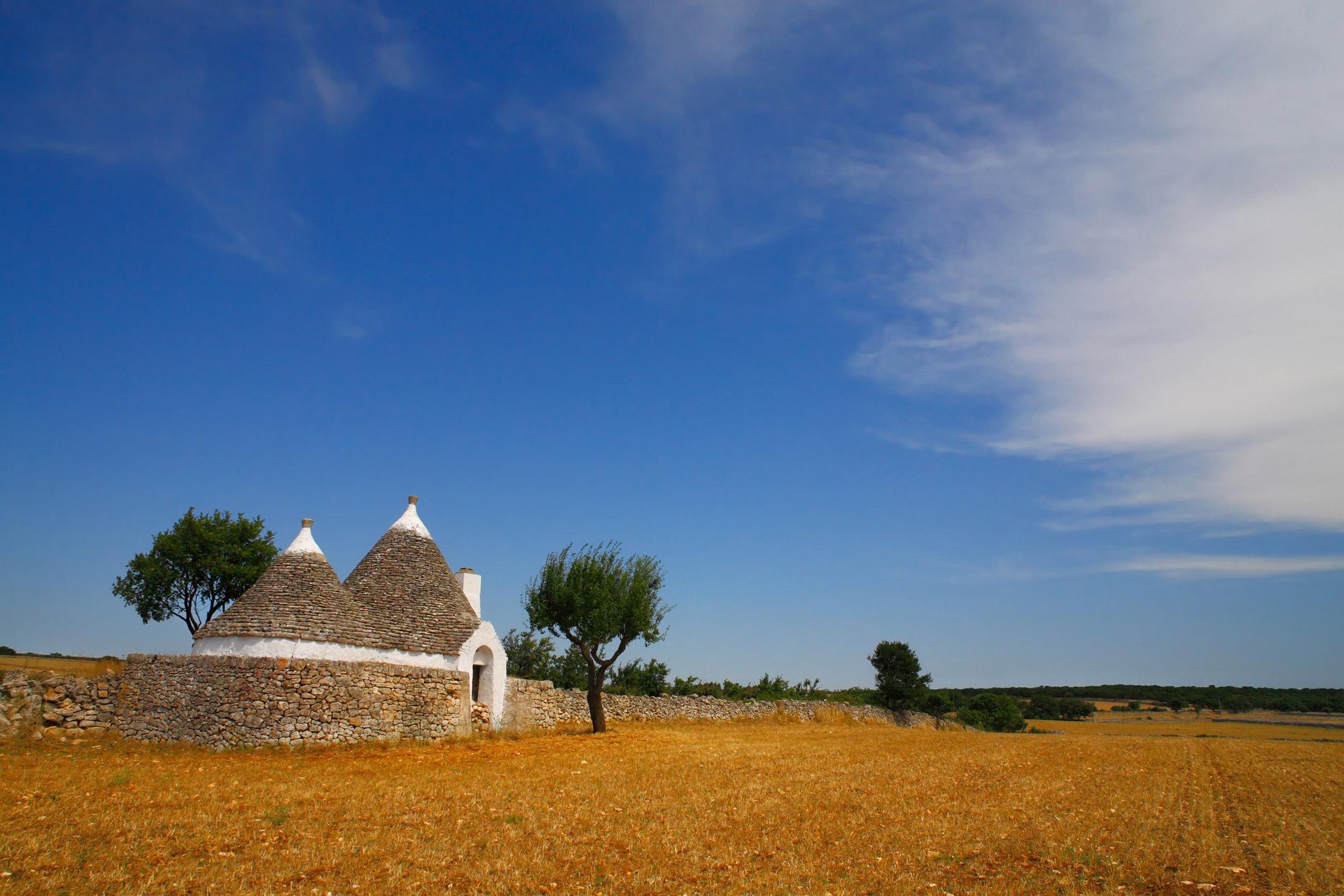 Retrouvez un paysage typique de Trulli de la région des Pouilles en Italie