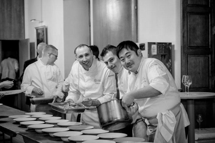Quelques chefs réunis en décembre 2016 pour une soirée caritative Dîners de Chefs au profit des Restaurants du Coeur