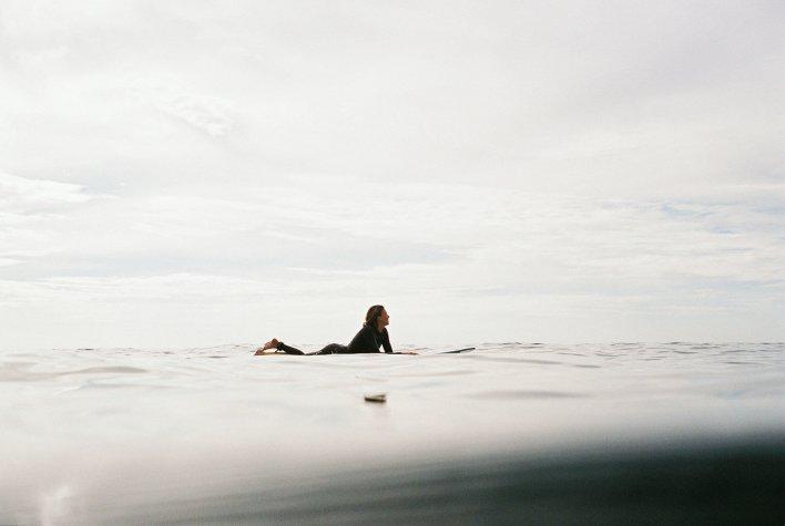 Surfeuse attendant la vague lors d'un week-end en amoureux sportif