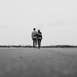 Photo en noir et blanc d'un couple se promenant lors d'un week-end romantique
