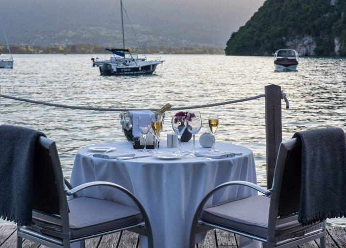 Tables pour un diner romantique avec vue sur le lac d'Annecy