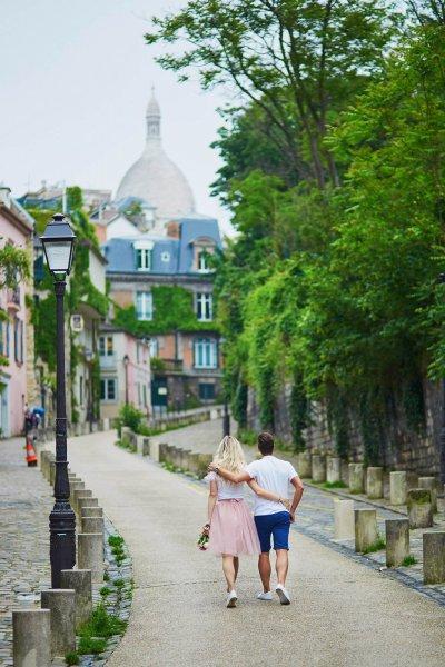 Amoureux se promenant bras dessus bras dessous à Montmartre, Paris