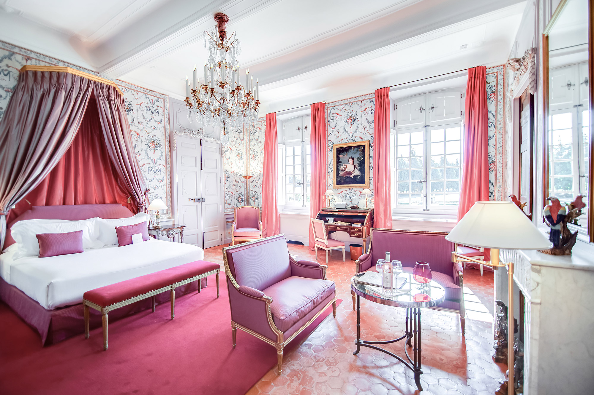 Chambre avec ciel de lit et lit à baldaquin à la Villa Baulieu en Provence