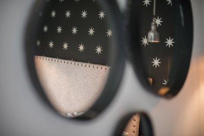 Reflet dans un miroir de la tête de lite et de la lampe d'une chambre aux Pilotes en Baie de Somme