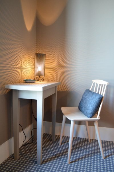 Bureauavec lampe et chaise équipant une chambre aux Pilotes à St Valéry sur Somme