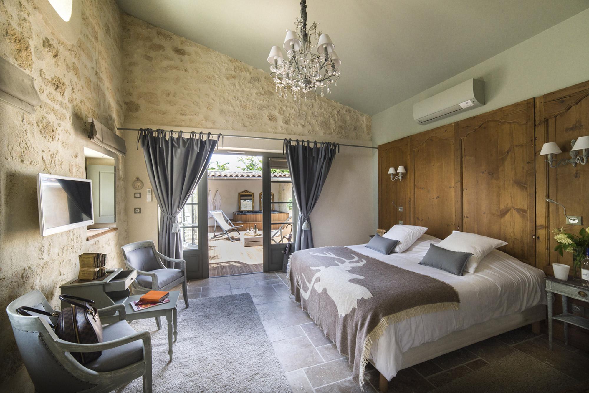 Chambre romantique avec terrasse et jacuzzi privatifsdans la maison d'hôtes Le Clos Marcamps en Aquitaine