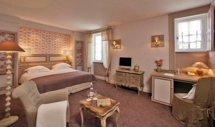 Chambre double à la décoration romantique dans l'hôtel de charme Clos Marcamps en Aquitaine